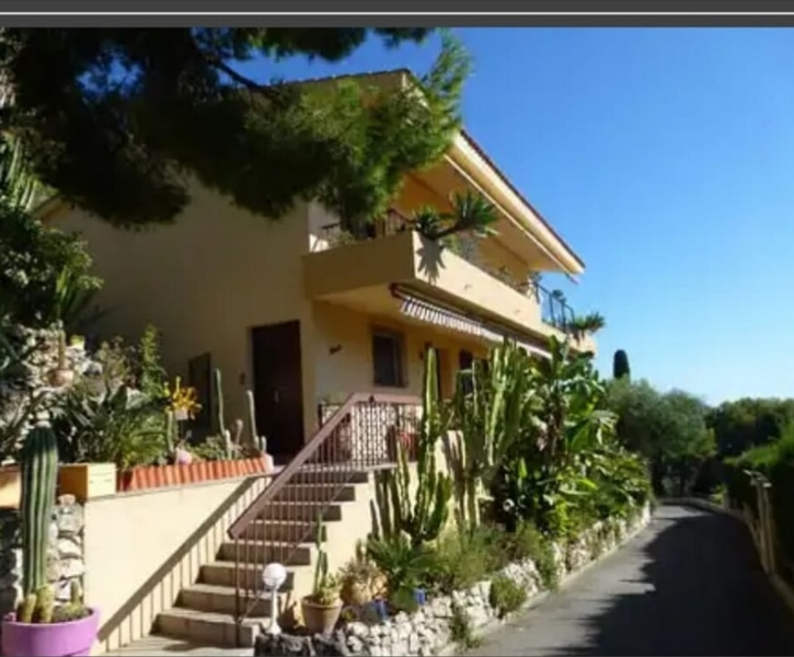 Villa with a beautiful sea, large terrace and double garage in a quiet area